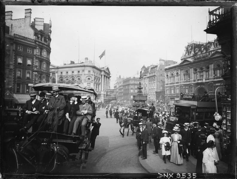 Piccadilly Circus : promeneurs et voitures tirées par des chevaux