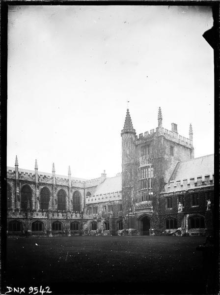 Cloître dit Grand Quadrilatère et Founders tower : façade sur le jardin intérieur