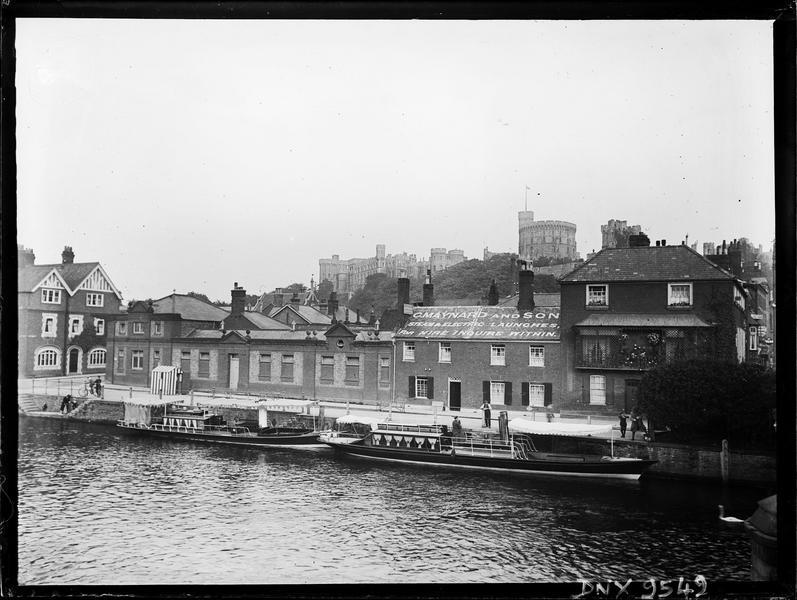 Maisons en bord de rivière et bateaux à quai