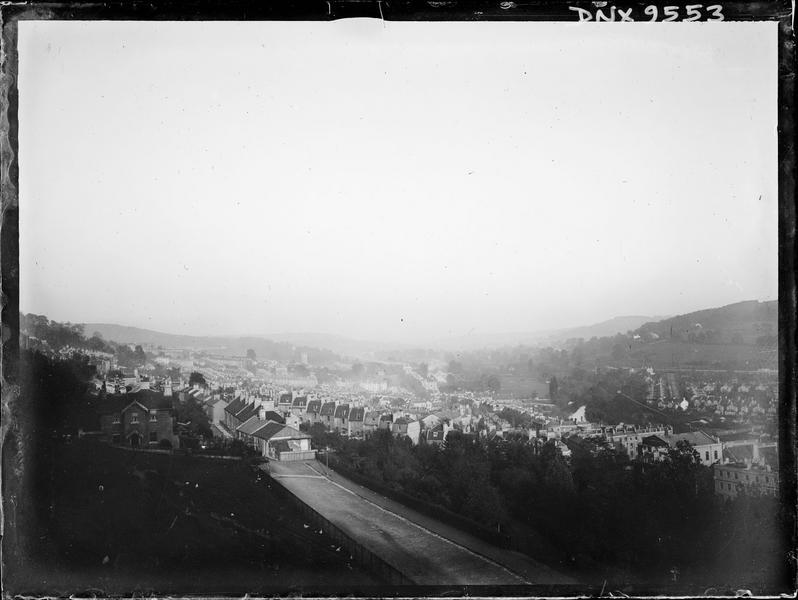 Vue panoramique d'une ville : alignements réguliers de maisons
