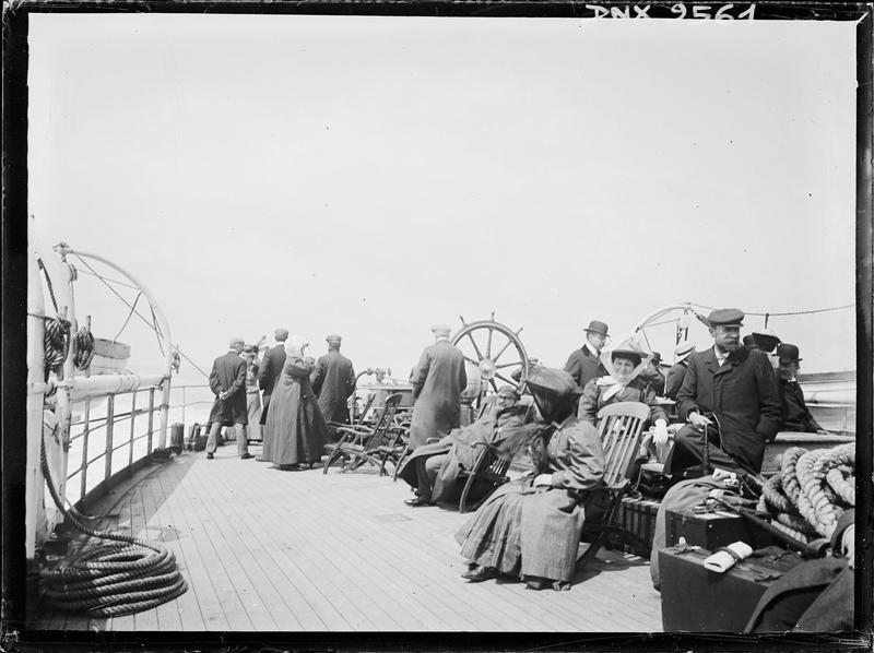 Passagers sur le pont d'un bateau