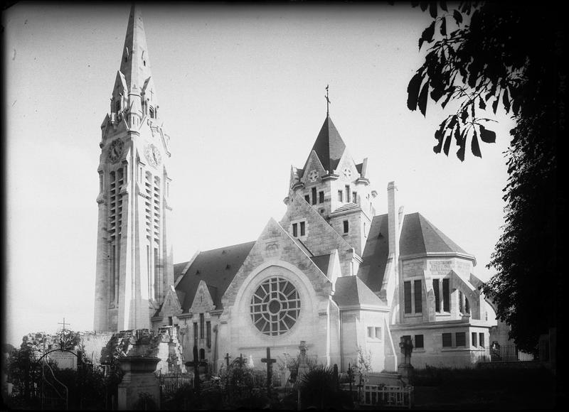 Façade latérale, cimetière au premier plan