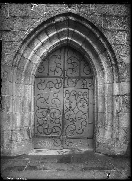 Portail ouest : porte ornée de pentures