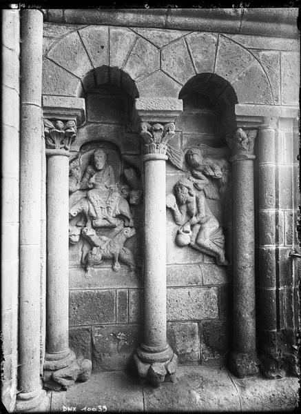Porche, relief latéral droit : scènes sculptées