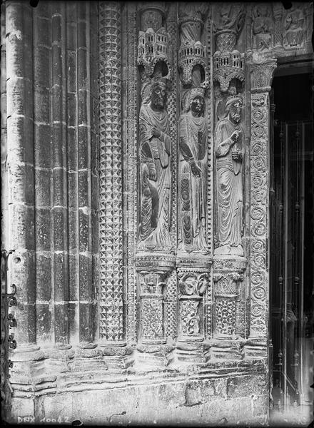 Portail de la façade sud : statues de l'ébrasement gauche