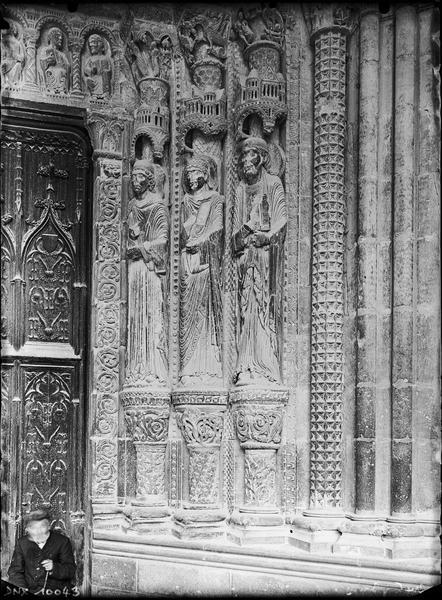 Portail de la façade sud : statues de l'ébrasement droit