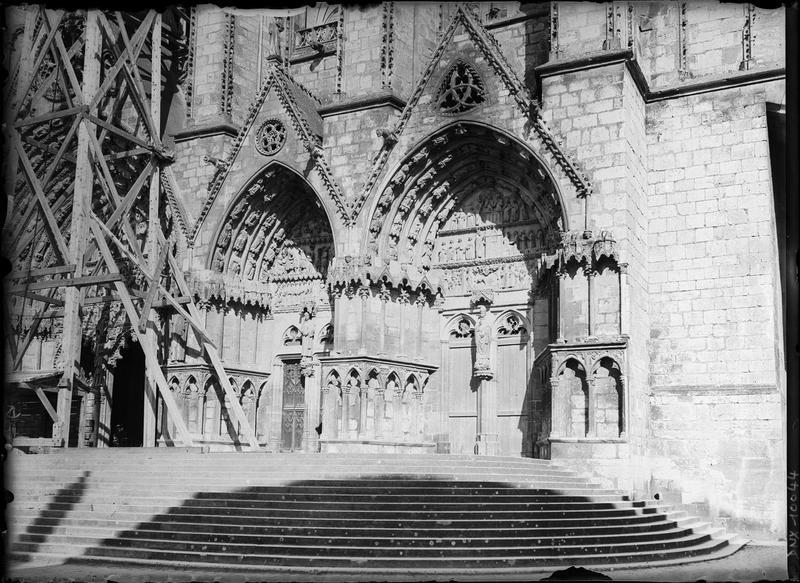 Façade ouest : les deux portails sud