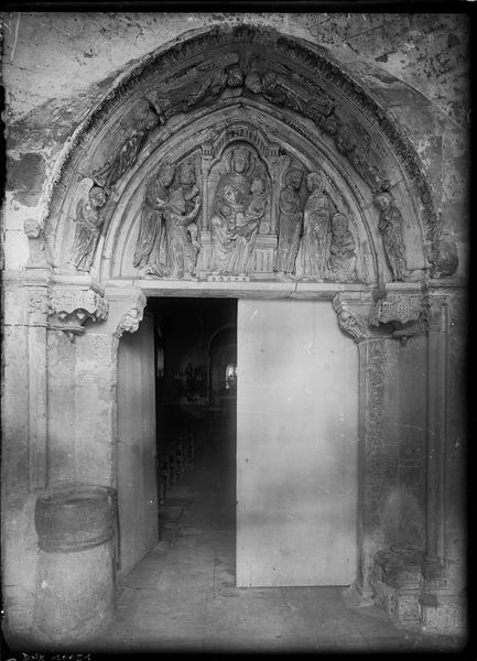 Portail de la façade ouest : porte entrouverte sur la nef vers le choeur