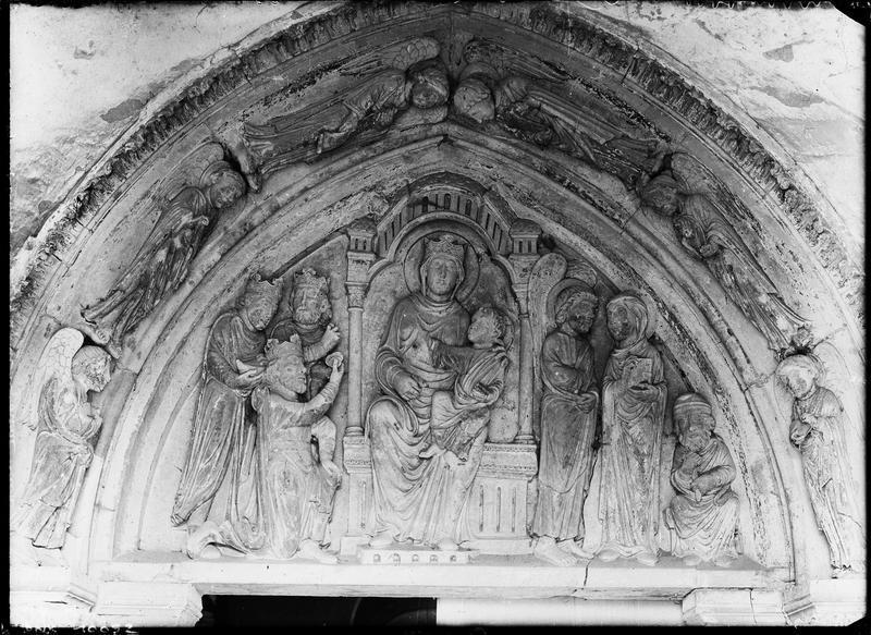 Portail de la façade ouest, tympan sculpté : l'Adoration des Mages
