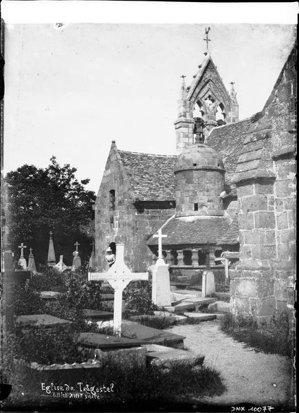 Ensemble sud-est, ossuaire et cimetière au premier plan