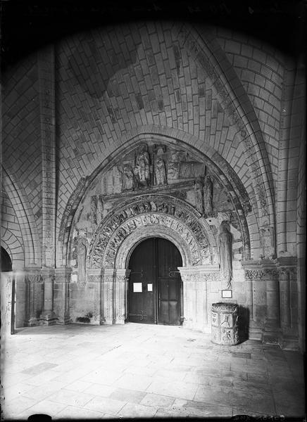 Intérieur du porche et portail