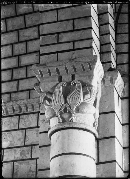 Carré du transept, pilier nord-est, colonne engagée nord : chapiteau représentant deux griffons affrontés