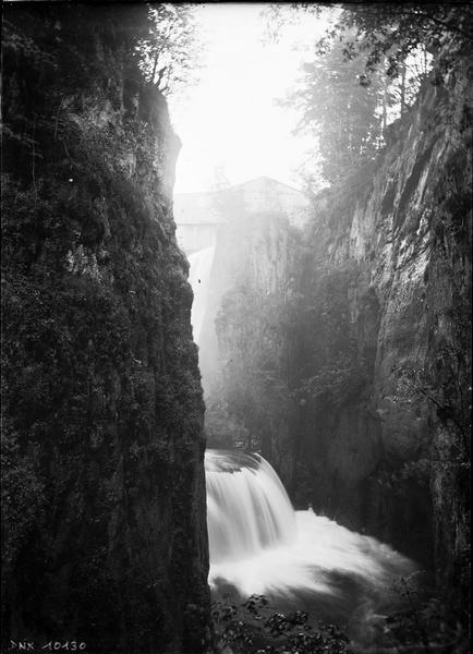 Cascade entre deux parois rocheuses
