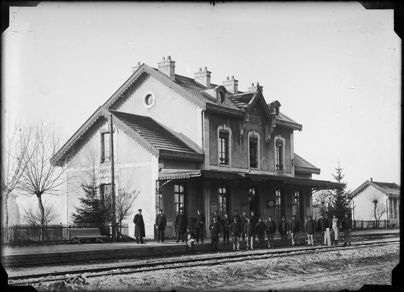Militaires devant la façade de la gare
