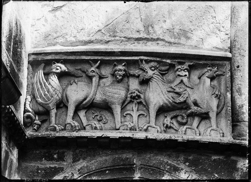 Abside, extérieur, bas-reliefs : les monstres de l'Apocalypse