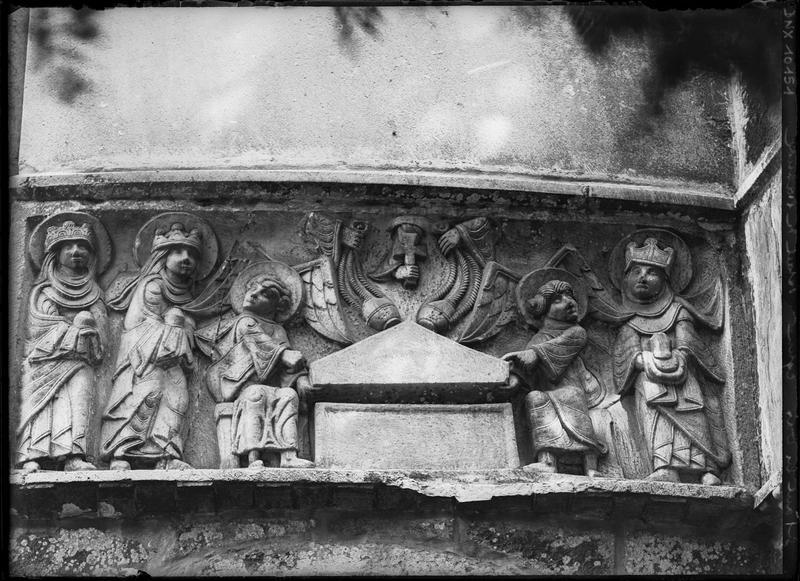 Abside, extérieur, bas-reliefs : les saintes femmes au tombeau