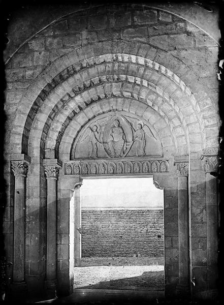 Eglise : portail d'entrée de la nef sous le narthex