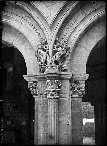 Eglise, narthex : retombée d'arcs et chapiteaux