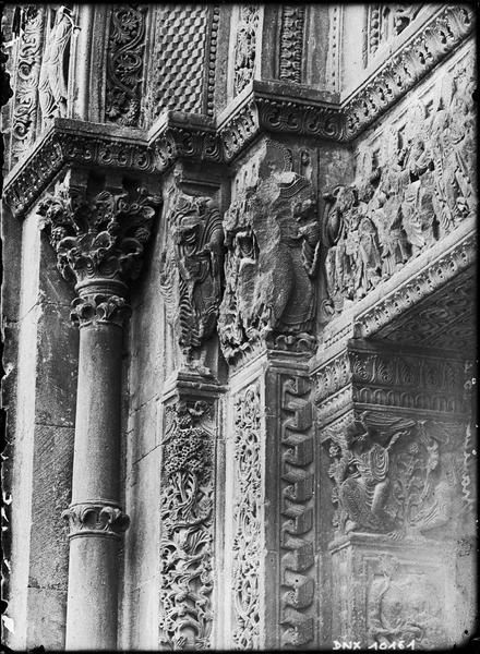 Eglise, narthex : chapiteaux et détail du décor sculpté sur le portail de la façade nord