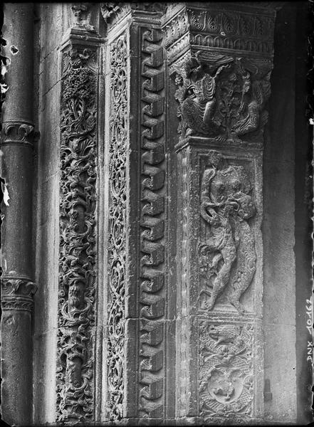 Eglise, narthex : détail du décor sculpté sur le portail de la façade nord