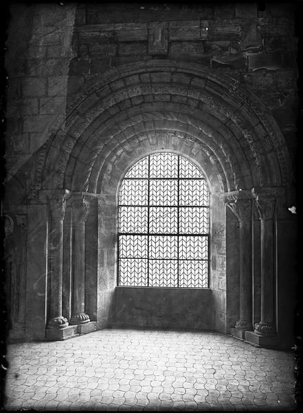 Eglise : baie dans la salle du premier étage