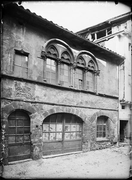 Façade sur rue : fenêtres gothiques