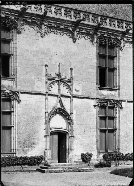 Aile de Longueville : fenêtres et petite porte côté sud