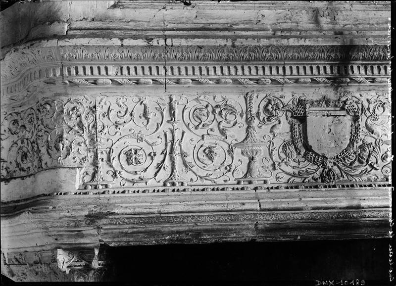 Aile de Longueville, intérieur : manteau de cheminée orné de rinceaux Renaissance