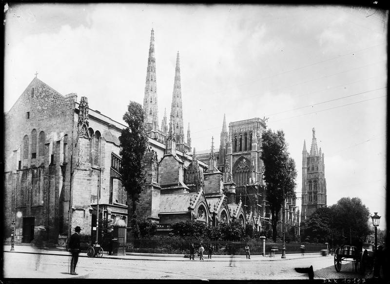 Ensemble nord-est de la cathédrale, tour en arrière-plan