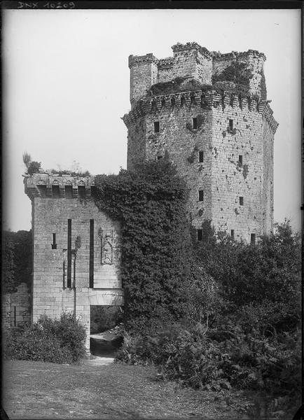 Tour sud-est et porte fortifiée