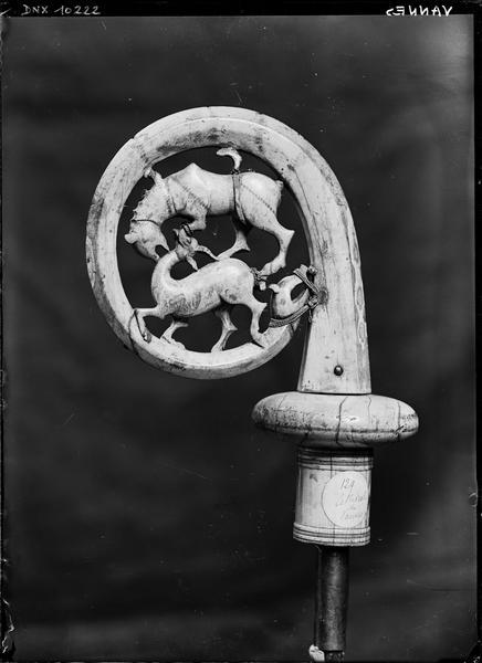 Crosse pastorale en ivoire ornée d'un combat d'animaux : avers