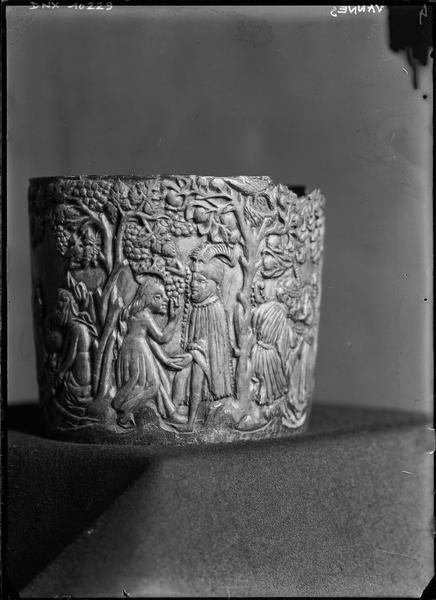 Pyxide sculptée