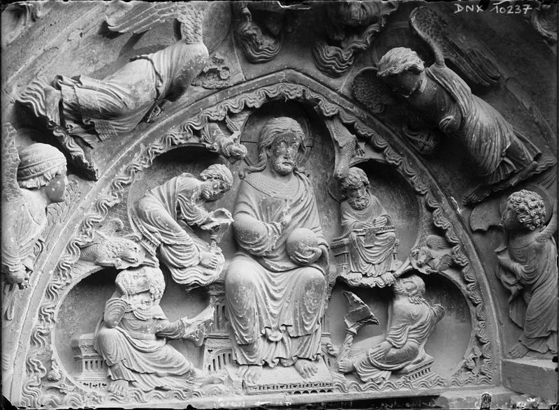 Portail de la façade nord : tympan sculpté d'un Christ en Majesté