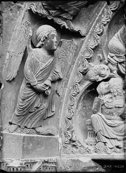 Portail de la façade nord, détail d'une voussure : ange