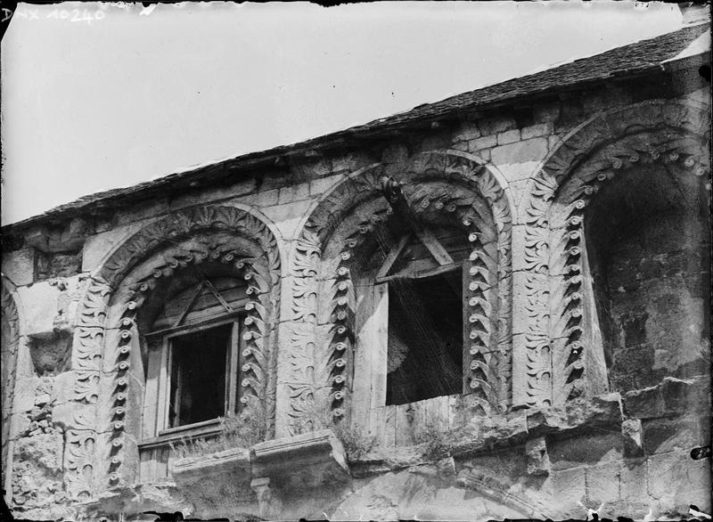 Façade sud, galerie haute de l'ancienne nef : arcatures sculptées