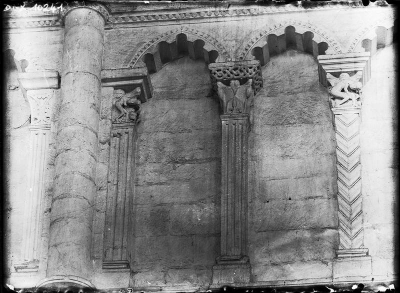 Base du clocher : arcatures hautes de l'ancienne nef