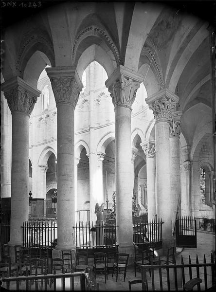 Intérieur : colonnes et chapiteaux du choeur, côté sud-est, vus du déambulatoire