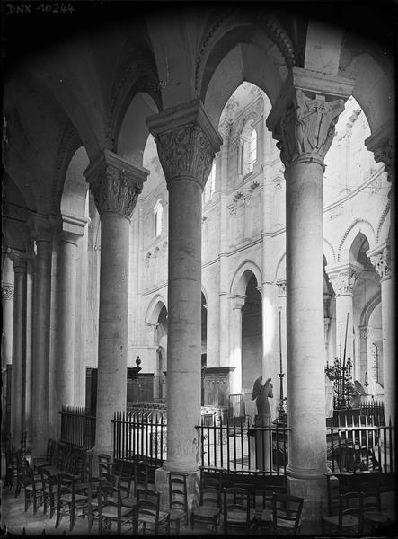 Intérieur : colonnes et chapiteaux du choeur, côté sud, vus du déambulatoire