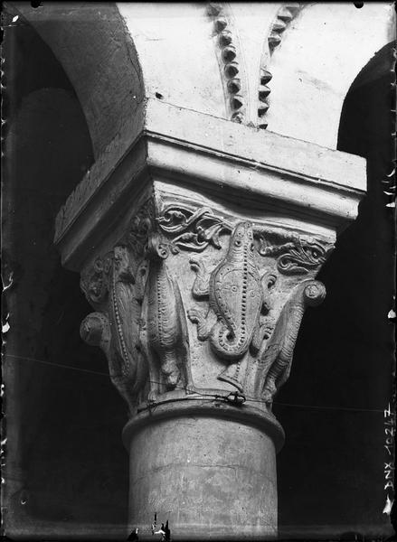 Intérieur, choeur : chapiteau sculpté d'animaux fantastiques