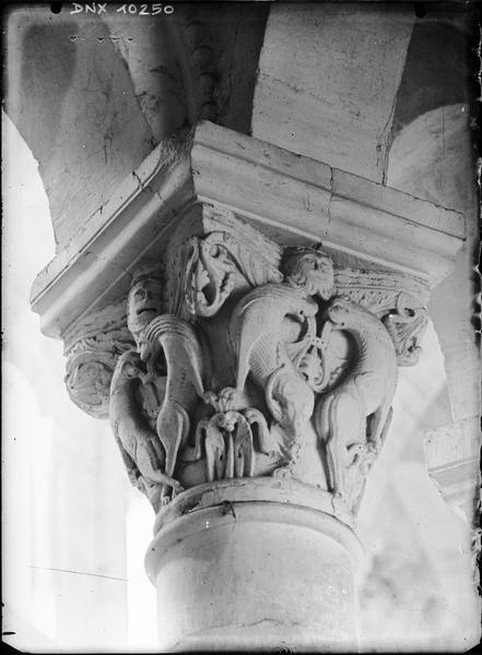 Intérieur, choeur : chapiteau sculpté de félins affrontés