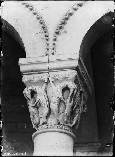 Intérieur, choeur : chapiteau sculpté d'oiseaux fantastiques