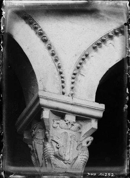 Intérieur, choeur : chapiteau sculpté d'aigles aux ailes déployées