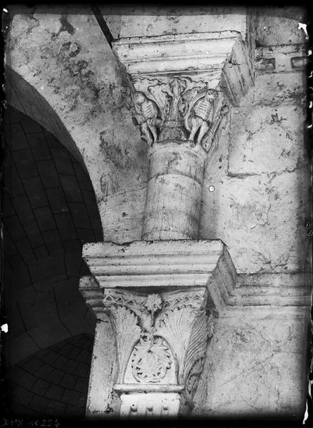 Intérieur, déambulatoire : chapiteaux sculptés
