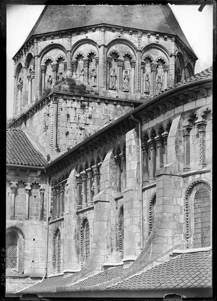 Angle sud-est : abside et tour centrale