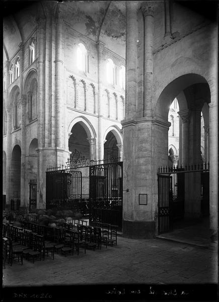 Intérieur : choeur et croisée du transept, vue diagonale vers le nord-est