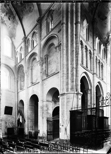 Intérieur : amorce du choeur et bras nord du transept, vue diagonale vers le nord-est