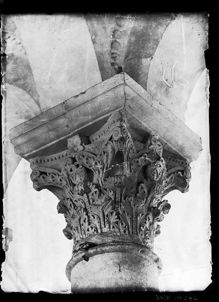 Intérieur, choeur : chapiteau sculpté de feuillages