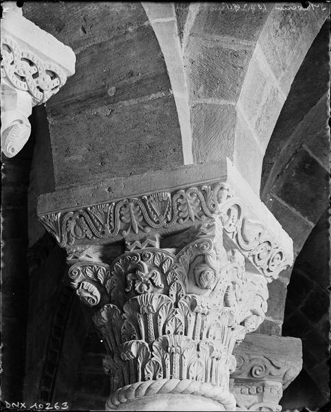 Intérieur, déambulatoire : chapiteau sculpté de feuilles d'acanthe
