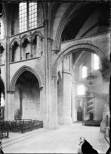 Intérieur : côté sud de la basse nef avec l'escalier des chanoines