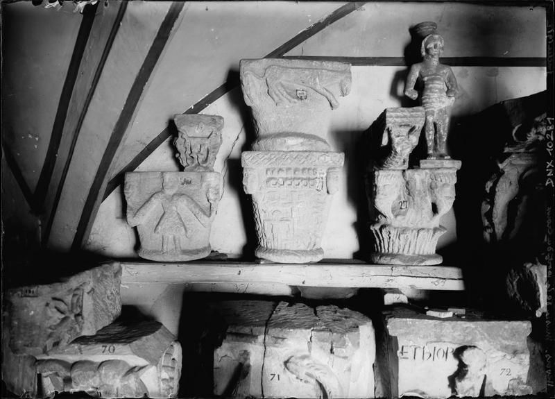 Chapiteaux romans en pierre et statuette